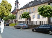 Wirsberg: Aufwertungsvorschlag mit denkmalgerecer Fensterteilung, Dachbelichtung und Umfeldgestaltung (Visualisierung)